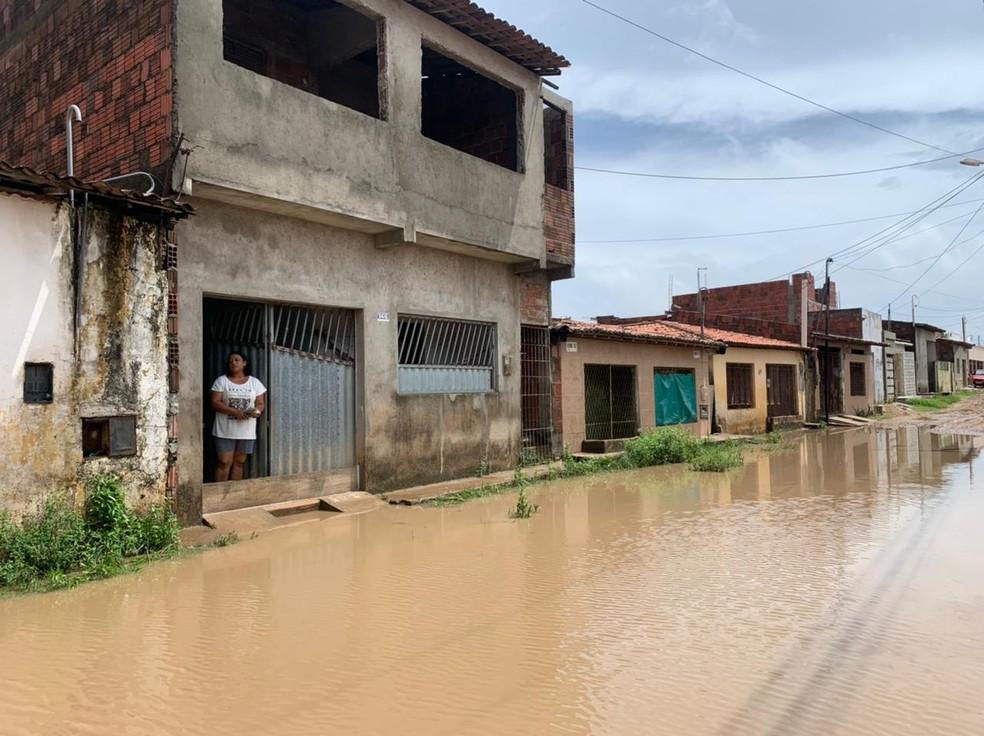 Vanda Pereira mora há 12 anos na Rua Getsêmane e problema é comum — Foto: Anna Alyne Cunha/Inter TV Cabugi