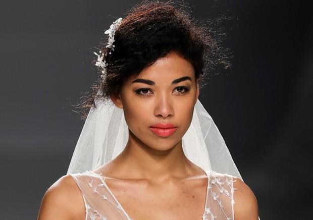 Faça um make mais romântico para a cerimônia, como este do desfile da Cymbeline na Bridal Fashion Week de Barcelona, e depois um mais marcante para a festa (Foto: Imaxtree)