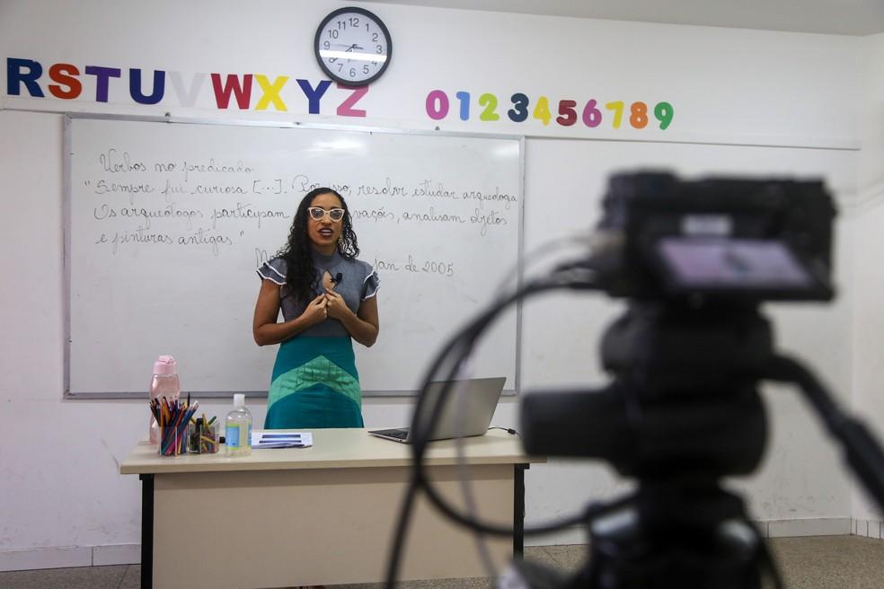 Professores da rede municipal de Salvador gravam aulas — Foto: Bruno Concha/Secom