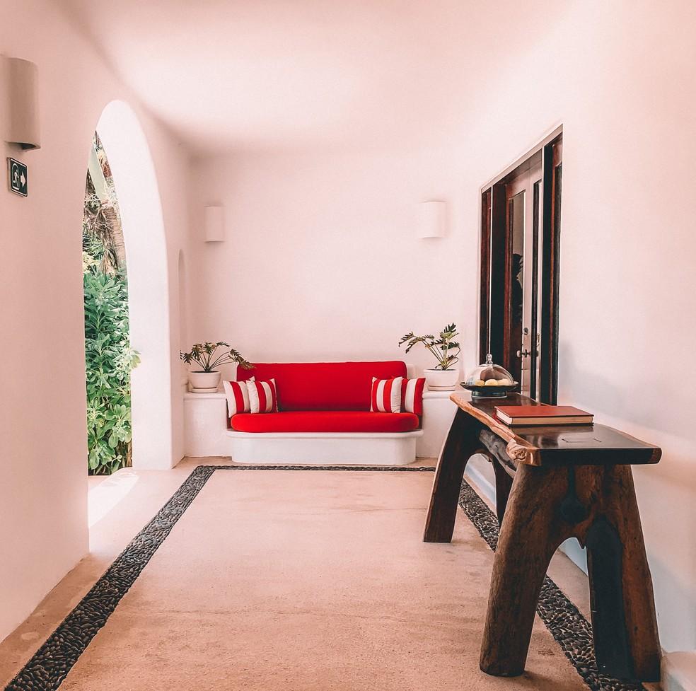 Use vermelho em pontos de decoração — Foto: Reprodução/Unsplash