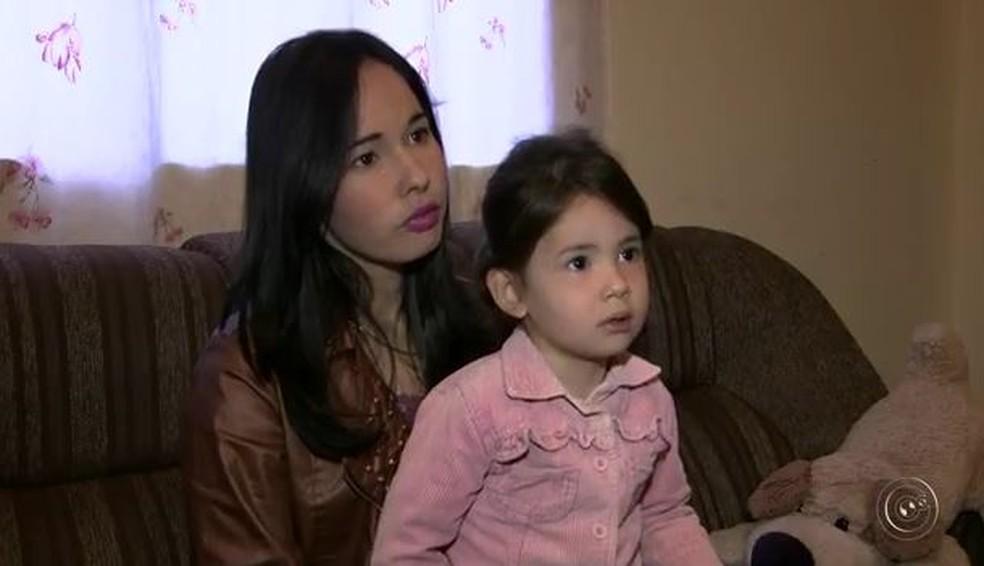 Débora com Emanuelly durante reportagem exibida em 2016 na TV TEM sobre guarda de filhos (Foto: Reprodução/TV TEM)