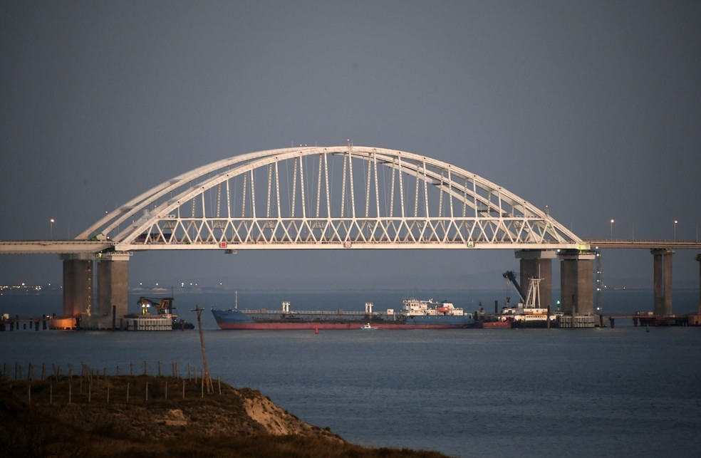 Russia bloqueia passagem sob a ponte de Kerch.  — Foto: ASSOCIATED PRESS