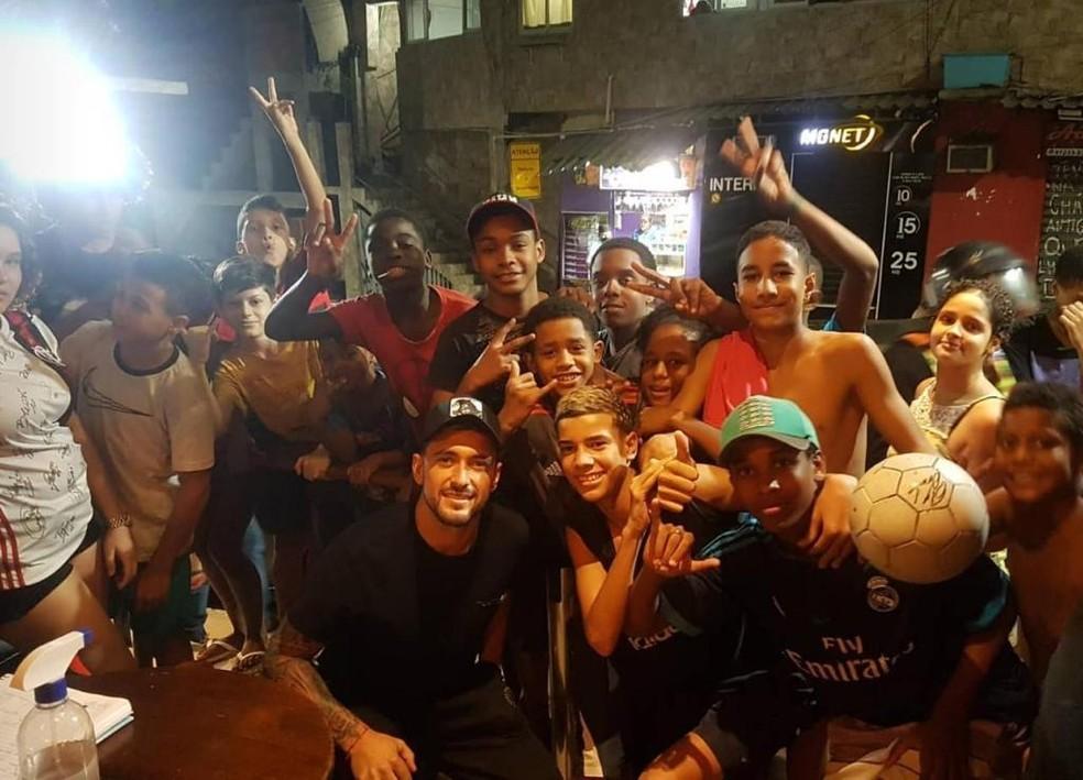 Arrascaeta cercado de crianças na Rocinha — Foto: Reprodução