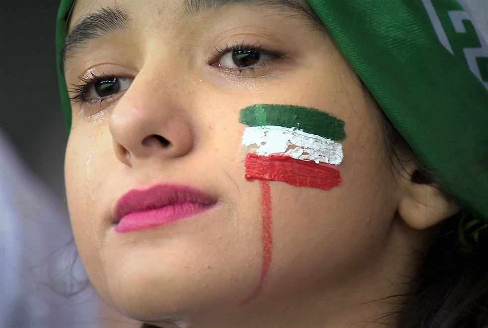 Iraniana emocionda durante o jogo (Foto: Fifa)