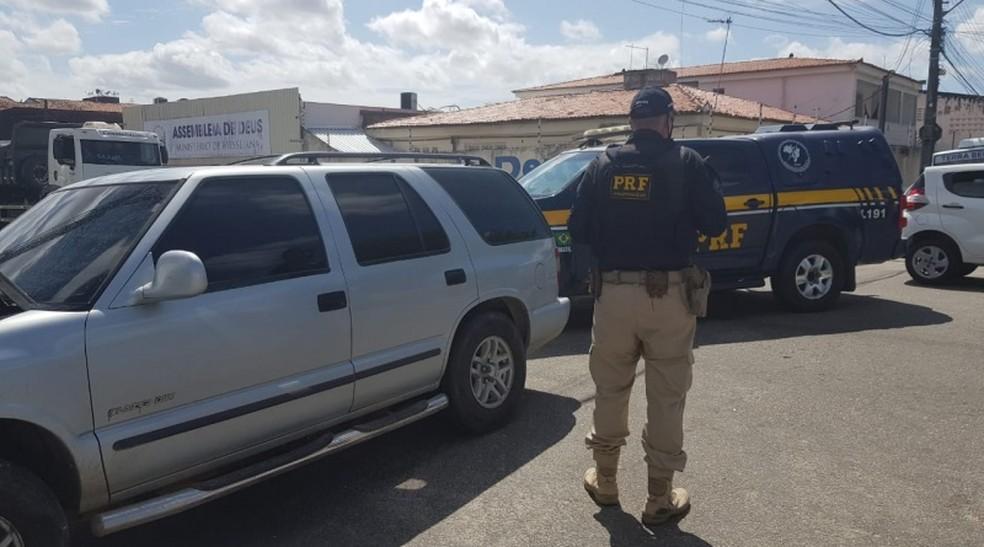 Momento em que um dos veículos com motorista em fuga foi interceptado pela PRF, na BR-116, em Fortaleza — Foto: PRF
