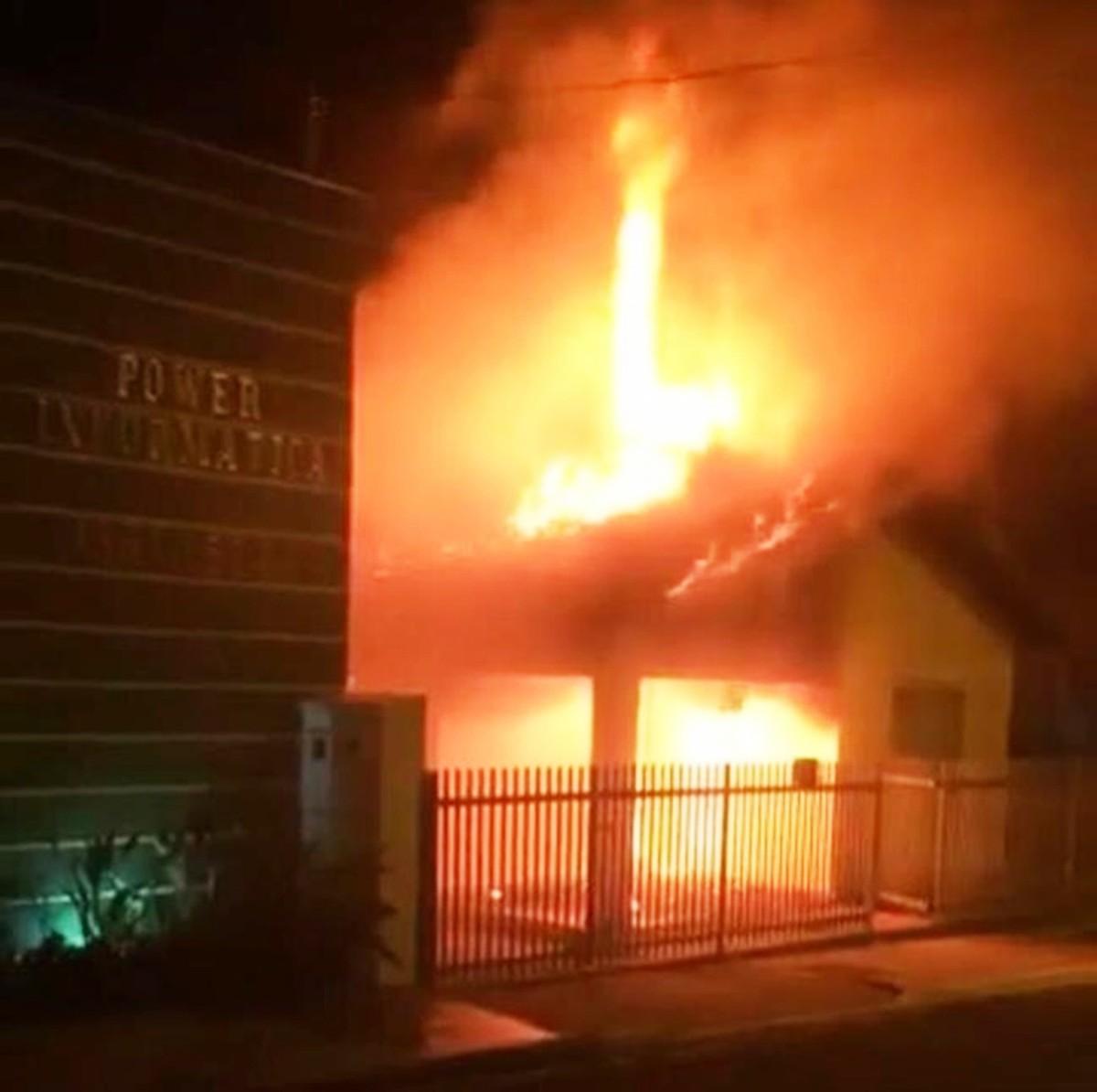 Homem é preso ao colocar fogo na própria casa após brigar com a companheira