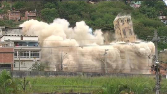 Implosão põe abaixo antigo prédio do Ministério da Fazenda, no Rio