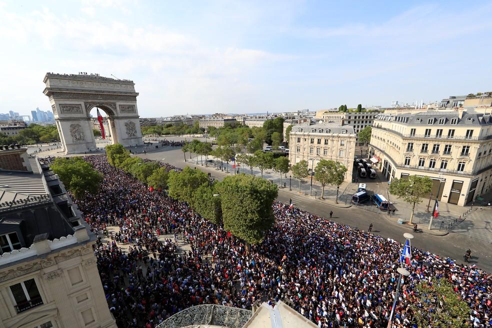 Franceses na Champs Elysees, em Paris (Foto: Reuters)