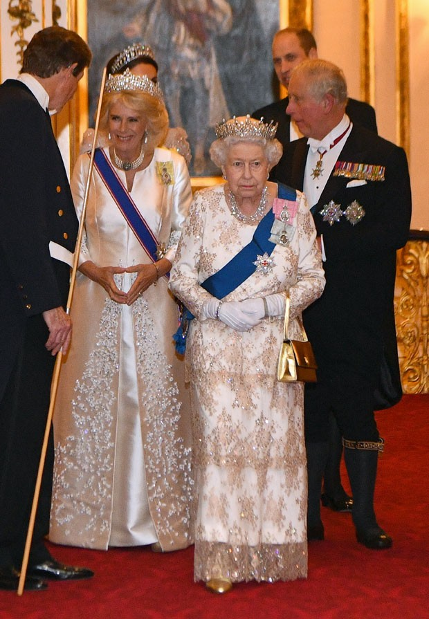 Elizabeth II, com Charles e Camilla Parker Bowles (ao fundo) (Foto: Getty Images)