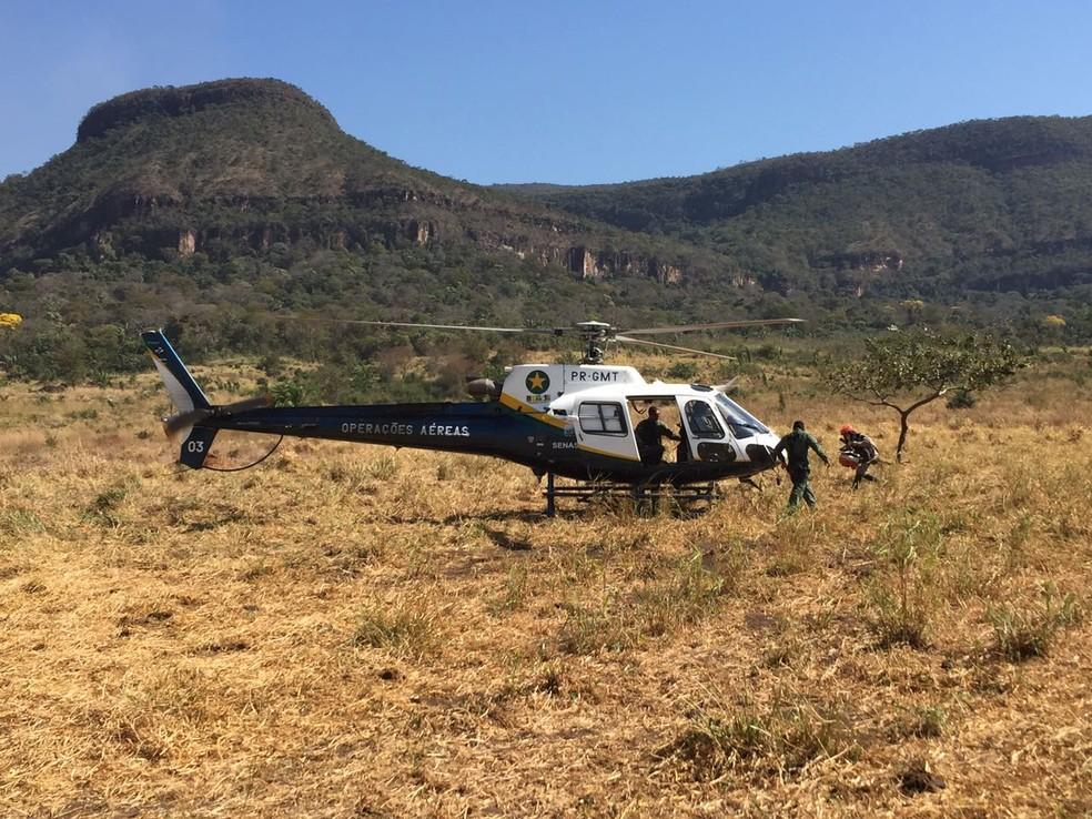 Aeronave que deseja água e helicóptero são usados no combate ao incêndio no parque (Foto: Corpo de Bombeiros de Mato Grosso)