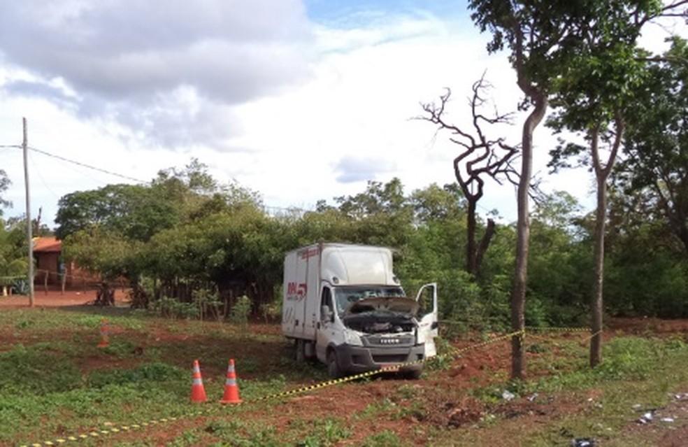 Caminhão que carregava armas e munições se envolveu em um acidente (Foto: Polícia Militar Rodoviária/Divulgação)