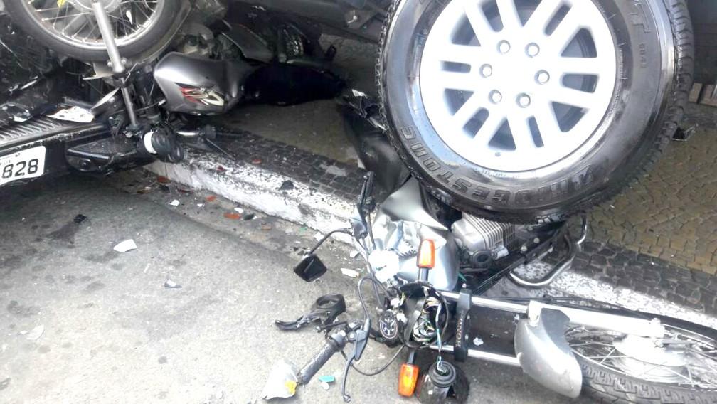 Pneu traseiro da SUV ficou exatamente em cima de uma das motos atingidas (Foto: Mariana Lima / TV TEM)