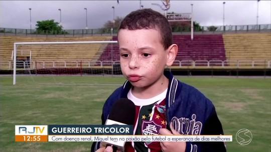 """Tratando doença renal, pequeno tricolor é fã de Muriel e sonha ser goleiro: """"o Flu é um escudo"""""""