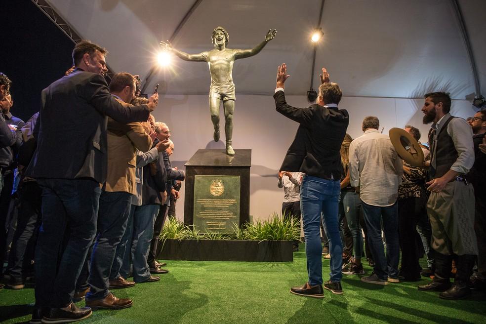 Renato Gaúcho reverencia sua própria imagem na inauguração da estátua na Arena do Grêmio — Foto: Lucas Uebel/Grêmio/Divulgação