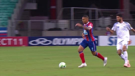 Gregore arrisca de longe para o gol, aos 04' do 1º tempo