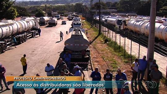 Caminhoneiros que protestam contra alta do diesel liberam acesso a distribuidora de Goiás, mas reforçam bloqueio em rodovias