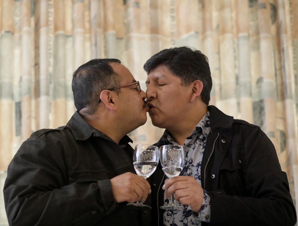 Os bolivianos Guido Montano e David Aruquipa tiveram sua união reconhecida depois de um longo processo judicial  — Foto: David Mercado/Reuters