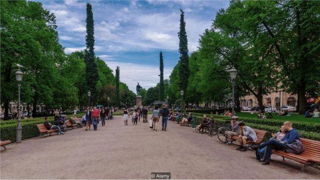 Estudo mostrou que uma curta caminhada no parque é tão benéfica quanto exercícios específicos de relaxamento (Foto: RNDMS / ALAMY STOCK PHOTO, via BBC News Brasil)