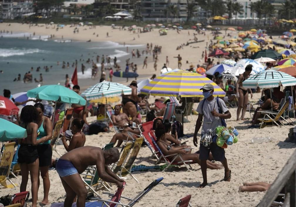 Praia da Macumba, na Zona Oeste do Rio, estava cheia na manhã de sexta (2) — Foto: Marcos Serra Lima/ G1