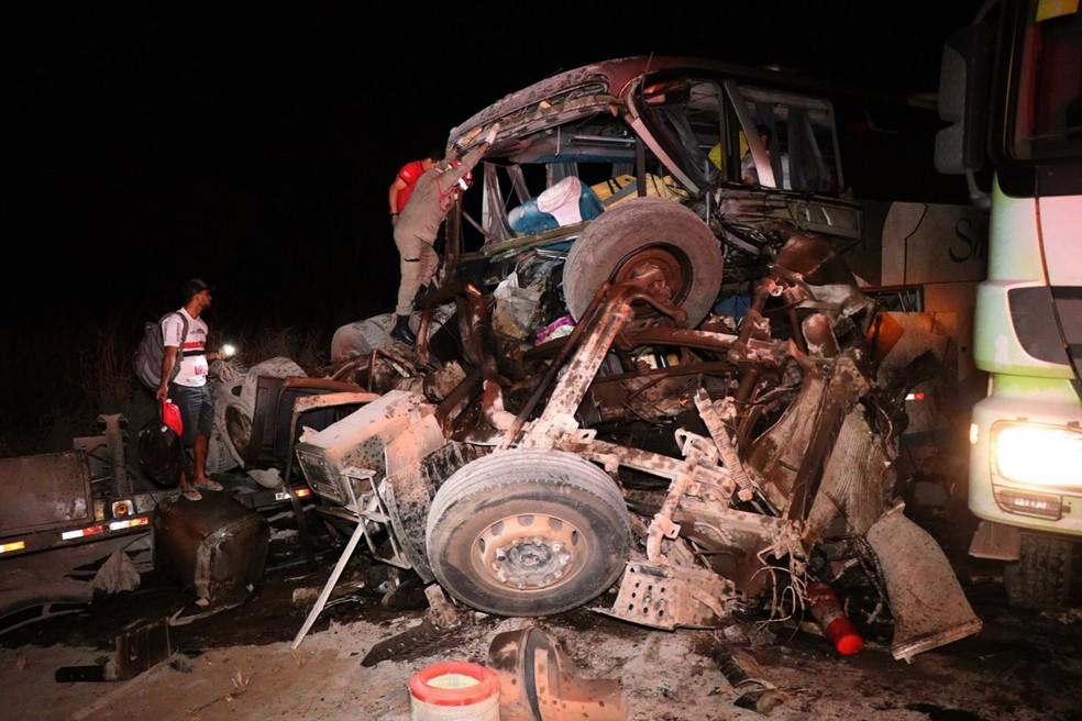 Carreta ficou destruída após acidente com ônibus em Diamantino — Foto: Corpo de Bombeiros de Mato Grosso/Assessoria