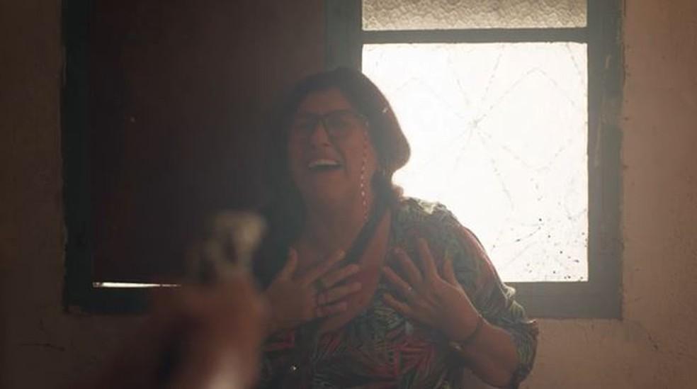 Thelma (Adriana Esteves) atira em Lurdes (Regina Casé) em 'Amor de Mãe' — Foto: Globo
