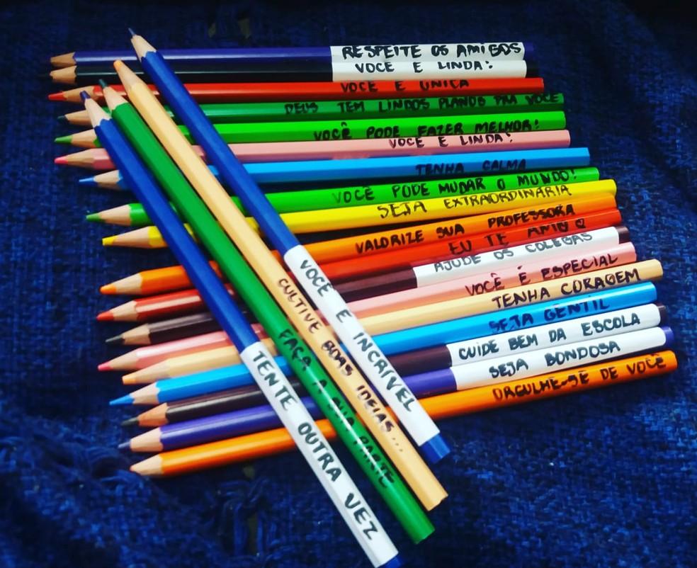 Mãe Escreve Frases Nos Lápis De Cor Da Filha Para Incentivá
