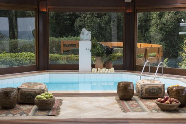 Elementos da coleção Folk compõem a área da piscina indoor (Foto: Divulgação)