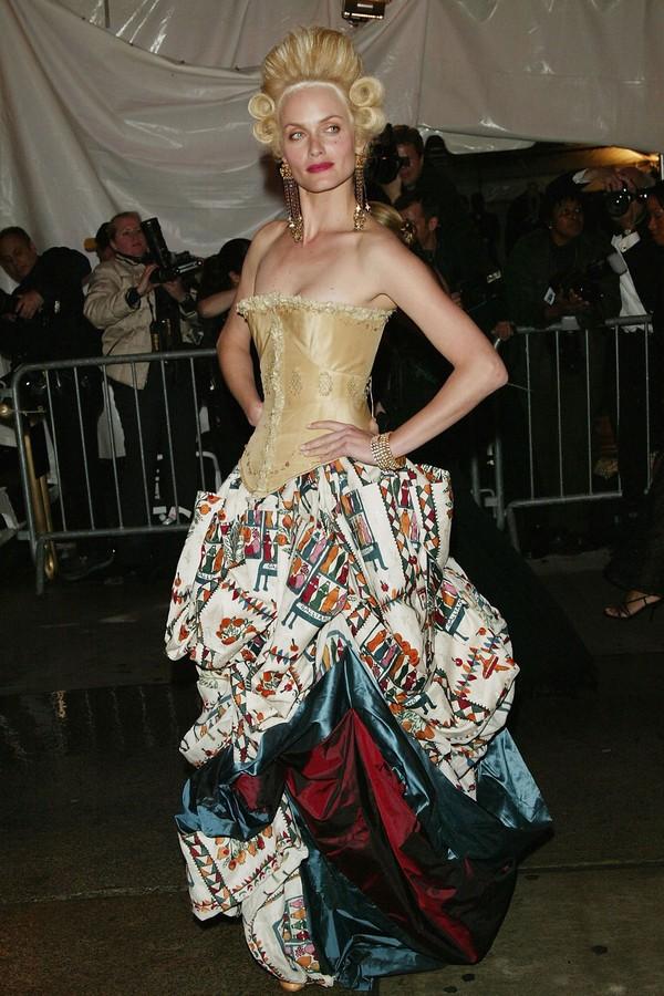 Amber Valletta de espartilho Maggie Norris Couture e saia John Galliano, encarnando Maria Antonieta no Met Gala de 2004, que ela admitiu ser o look mais complicado que já usou no evento. (Foto: Getty Images)