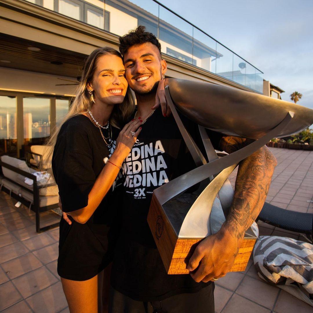Gabriel Medina publica fotos com taça de tricampeão ao lado de Yasmin  Brunet - Revista Marie Claire | Celebridades