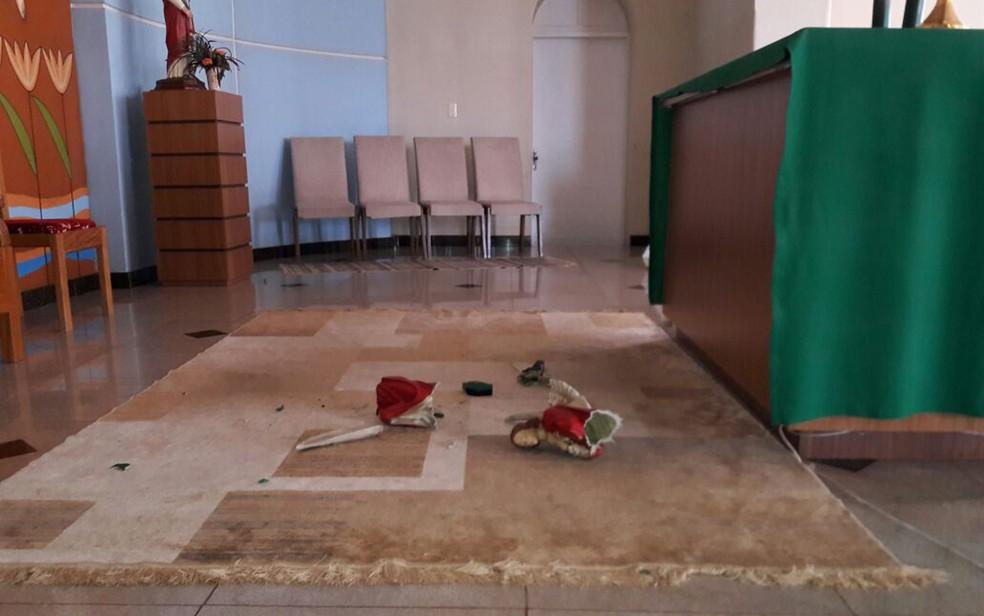 Imagens de anjos foram quebradas durante oração que era realizada em igreja (Foto:  Água Preta News)