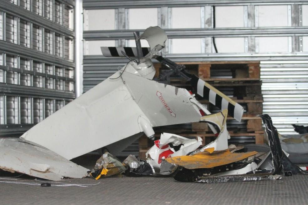 Vários pedaços do helicóptero já foram retirados do mar (Foto: Aldo Costa/Pernambuco Press)