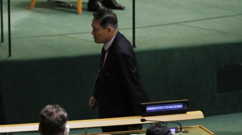 Embaixador da Coreia do Norte para ONU, Ja Song Nam, deixa seu assento antes de discurso de Donald Trump (Foto: Shannon Stapleton/Reuters)