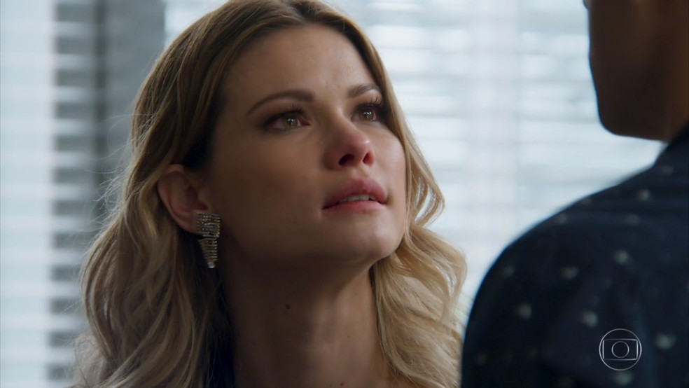 Jéssica (Karen Junqueira) quer obrigar Felipe (Marcos Pitombo) a se afastar de Shirlei (Sabrina Petraglia) - 'Haja Coração' — Foto: Globo