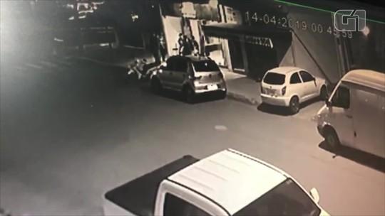 Dois jovens são mortos a tiros em frente a bar em Nova Hartz