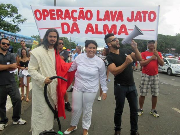 Evangélicos fazem 'Lava Jato da Alma' em foliões no bloco dos Raparigueiros, em Brasília (Foto: Jéssica Nascimento/G1)