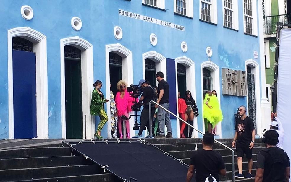 Anitta grava clique nesta quinta-feira (13), em Salvador — Foto: Itana Alencar/G1