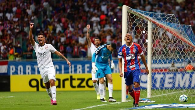 Impedido, Nino Paraíba acertou a trave do Athletico
