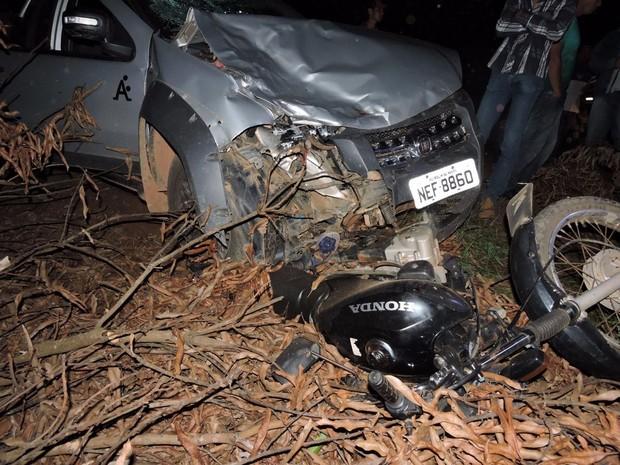 Por causa da batida, veículo ficou com a frente destruída (Foto: 190 Oline/ divulgação)