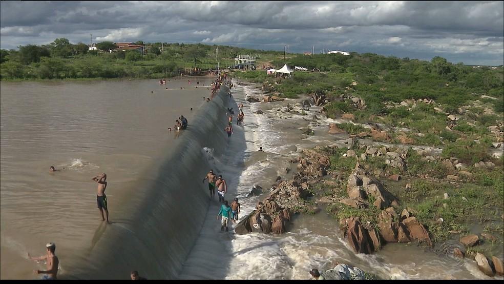 Açude Taperoá II transbordou na Paraíba (Foto: Reprodução / Tv Paraíba)