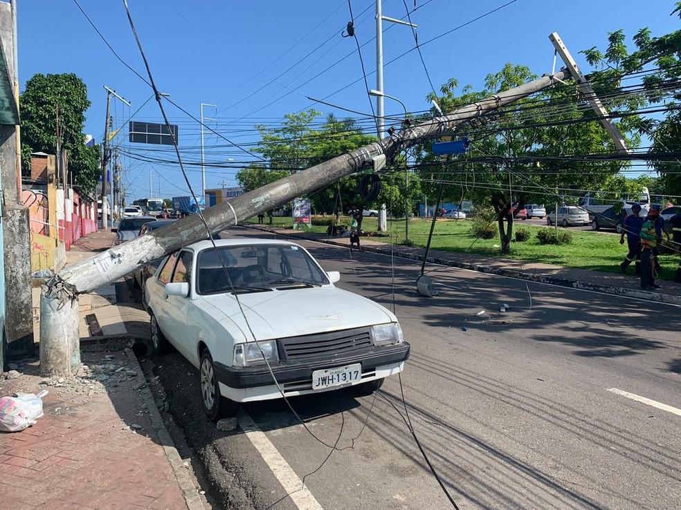 Um carro foi atingido  — Foto: Victor Gouveia/Rede Amazônica