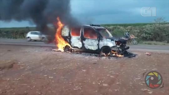 Ambulância pega fogo na ERS-330 na altura de Miraguaí, no Noroeste do RS