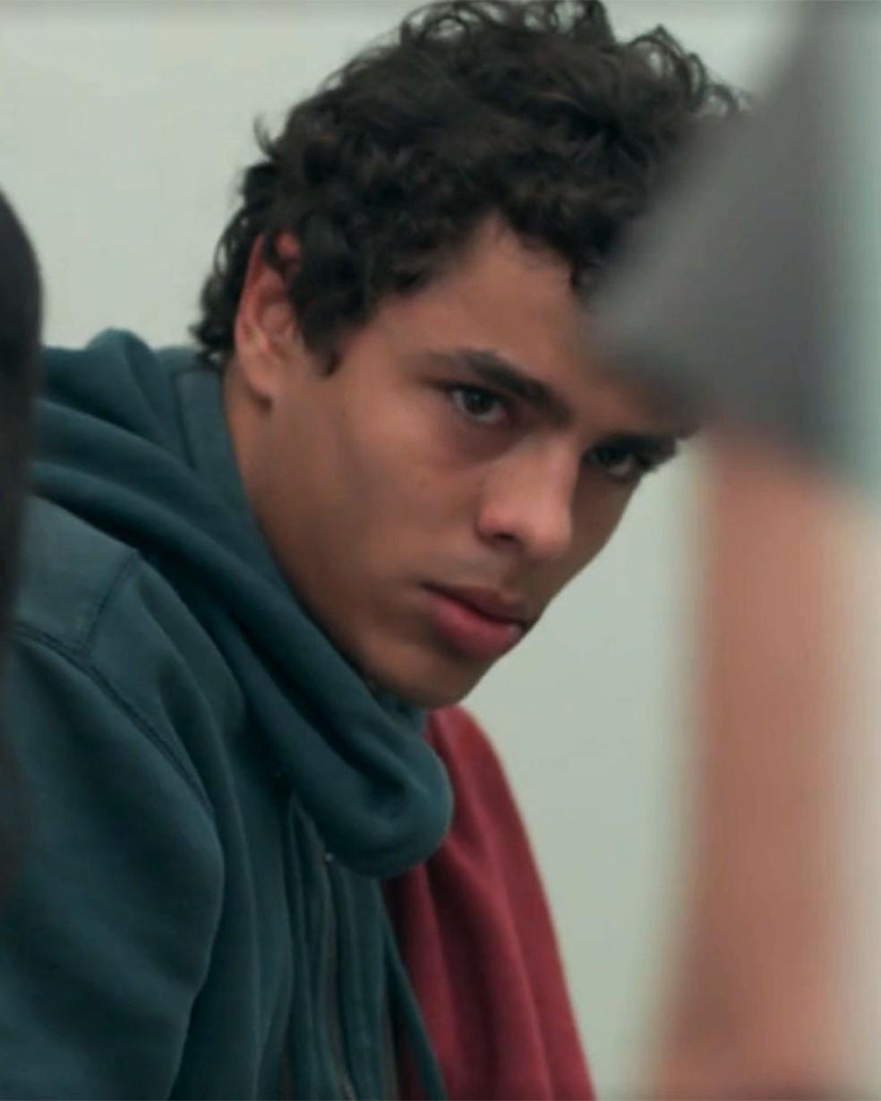 Tato (Matheus Abreu) é agredido pelo pai em 'Malhação - Viva a Diferença' — Foto: Globo