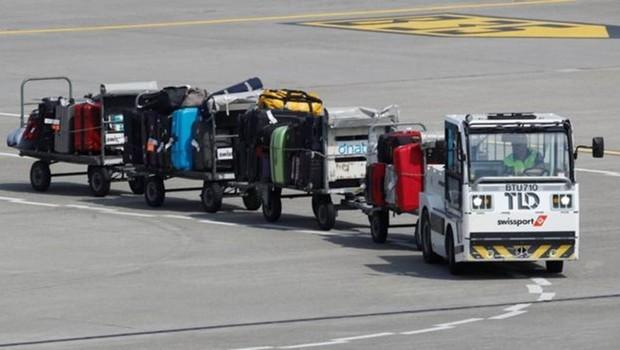 Os carregadores de bagagem podem ser das próprias companhias aéreas ou pertencer a empresas independentes (Foto: REUTERS)