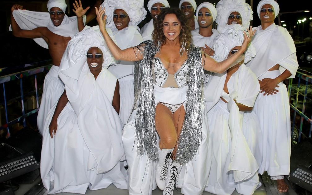 Com decote transparente e meia arrastão, Daniela Mercury exibe boa forma no carnaval (Foto: Thiago Duran/AgNews)