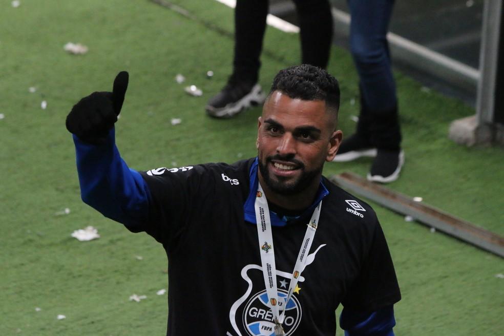Maicon após o título gaúcho pelo Grêmio — Foto: Eduardo Moura