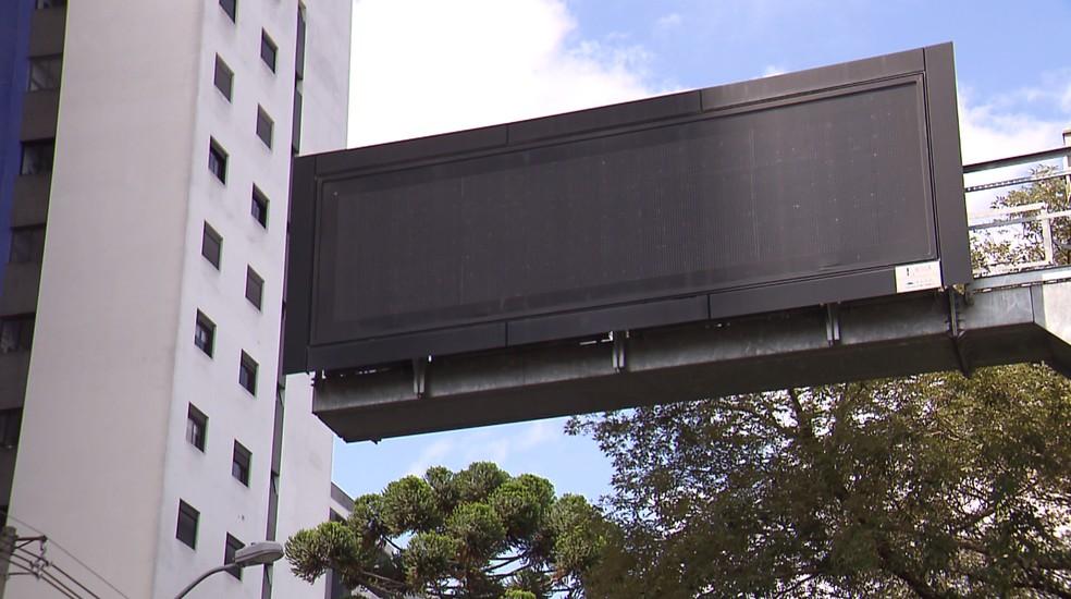 Prefeitura de Curitiba retira painéis de trânsito que custaram R$ 9 milhões em pacote de infraestrutura para a Copa do Mundo — Foto: Reprodução/RPC
