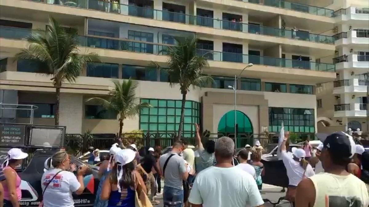 Servidores cortam bolo e fazem 'ceia da miséria' em protesto por salários atrasados em frente à casa do prefeito de Cabo Frio, no RJ