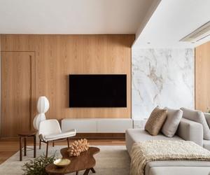 Apartamento de 130 m² tem base clara e muita madeira