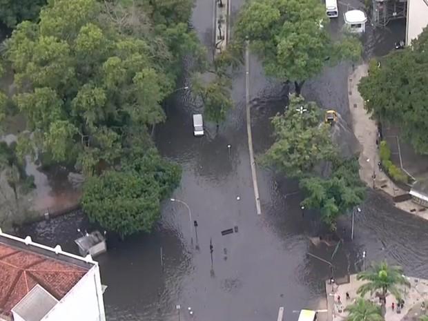 Rua Teixeira de Melo, na Lapa, ficou alagada (Foto: Reprodução/ TV Globo)