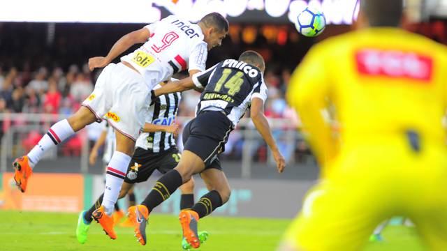 São Paulo x Santos - Diego Souza se antecipa a David Braz e faz o gol da vitória tricolor